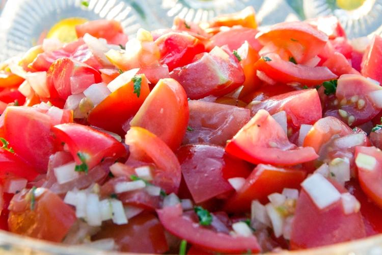 tomatensalat sommerlich frischer salat zum grillen rezepte und kochbuch deutsche. Black Bedroom Furniture Sets. Home Design Ideas